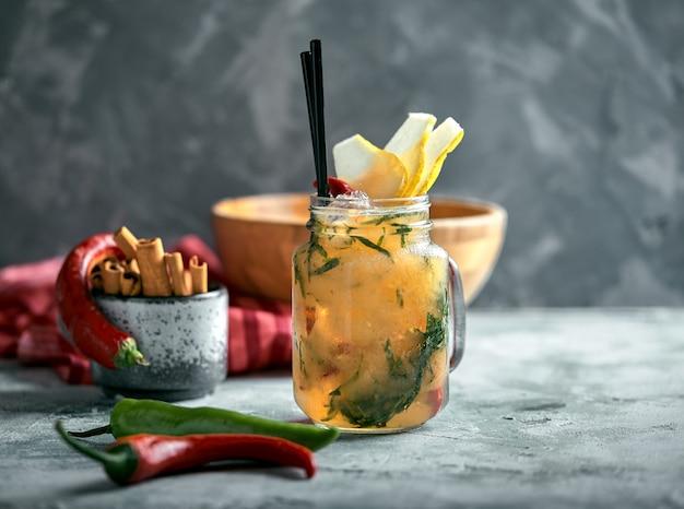 Limonade d'été poire au poivre. boisson d'été rafraîchissante avec de la glace.
