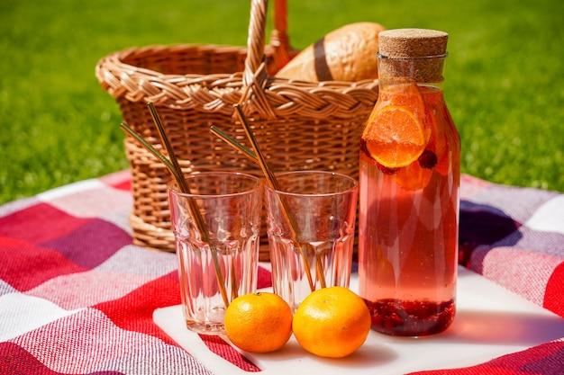 Limonade d'été saine cocktails d'agrumes et de baies boisson de désintoxication biologique boisson rafraîchissante maison antioxydante dans une bouteille