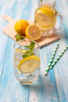 Limonade fraîche au citron en verre sur fond de bois