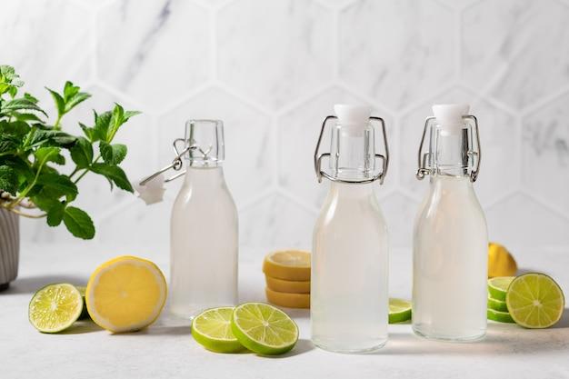 Limonade fraîche au citron vert et citron sur la table de la cuisine avec des ingrédients nutrition saine