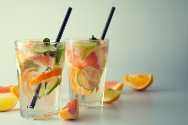 Limonade fraîche ou cocktails avec citron, citron vert, orange et pamplemousse.
