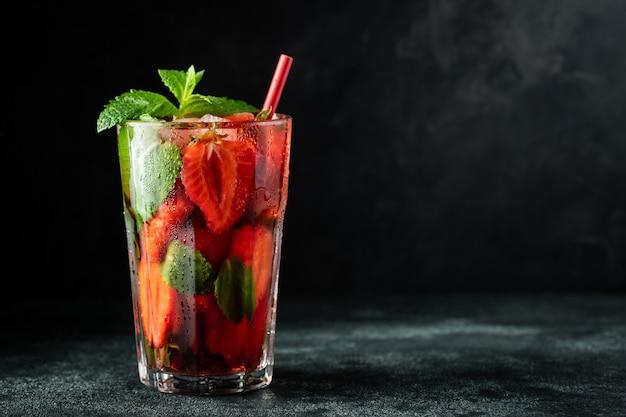 Limonade fraîche avec glace, menthe et fraise.