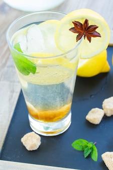 Limonade fraîche en grand verre sur table en bois