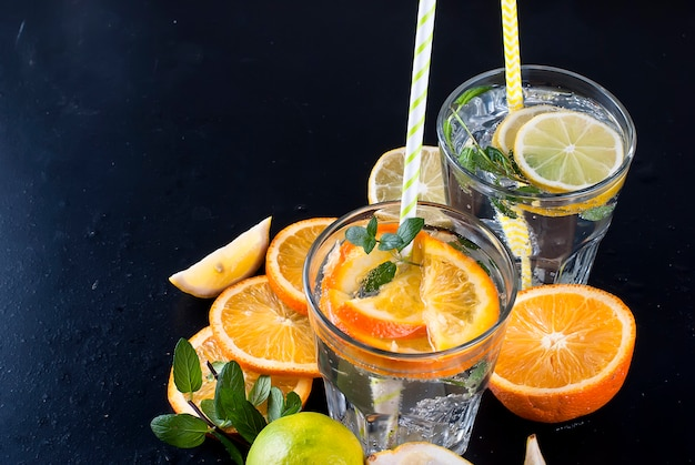 Limonade fraîche maison en verre avec glace et menthe.