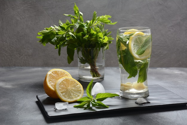 Limonade froide au citron et menthe fraîche