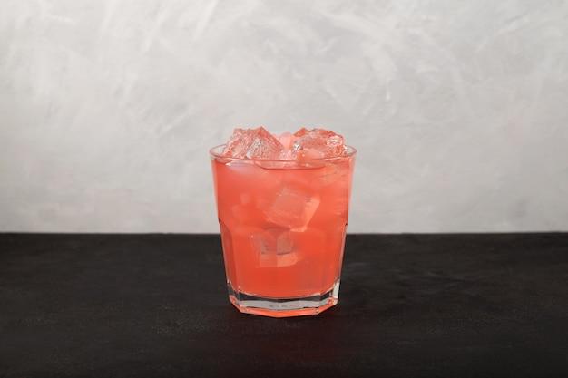 Limonade froide aux fruits avec de la glace boisson rafraîchissante en gélatine au goût de litchi et gelée de noix de coco