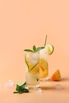Limonade froide et rafraîchissante ou cocktail avec tranche d'orange et de citron vert.