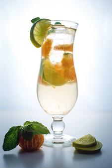 Limonade de fruits en ouragan à la menthe orange et citron vert