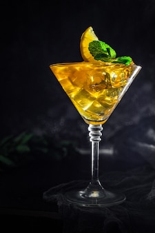 Limonade glacée ou cocktail au citron à emporter portion de thé glacé