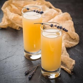 Limonade à la lavande avec du jus de citron frais sur une surface sombre