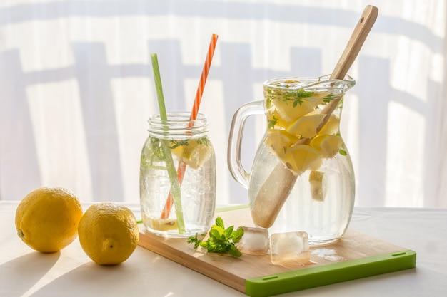 Limonade maison aux citrons, menthe et glace, gros plan