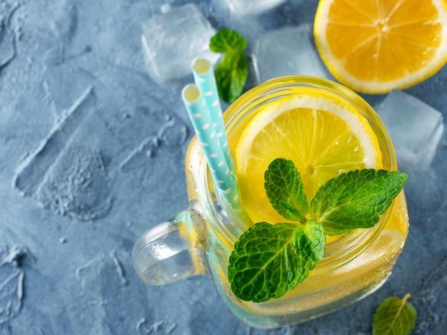 Limonade à la menthe dans un bocal