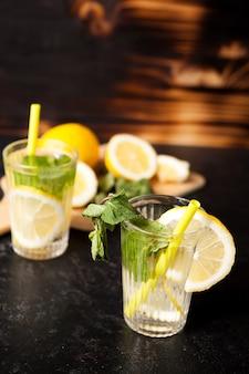 Limonade naturelle faite de citrons bio et de menthe sur fond de bois vintage