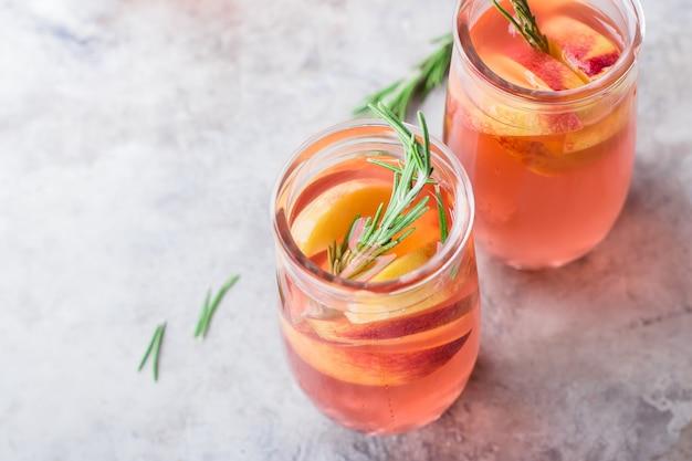 Limonade à la pêche et au romarin, cocktail