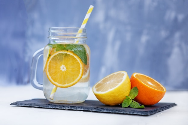 Limonade rafraîchissante au citron, orange et menthe.