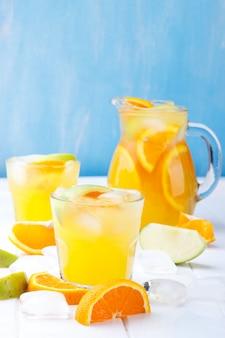 Limonade rafraîchissante à l'orange et à la pomme