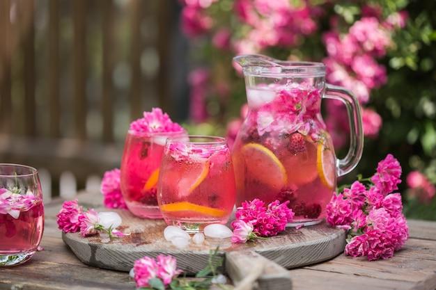 Limonade rose fraîche avec de la glace sur jardin naturel
