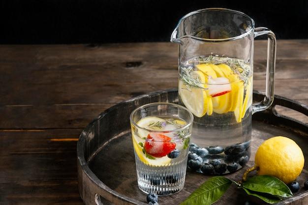 Limonade saine dans un arrangement de verre