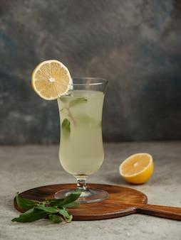 Limonade servie avec une tranche de citron et de menthe