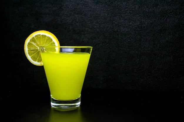 Limonade avec une tranche de citron