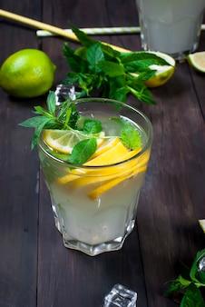 Limonade en verre avec glace et menthe