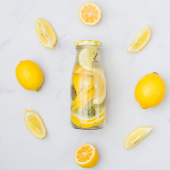 Limonade vue de dessus entouré de citrons