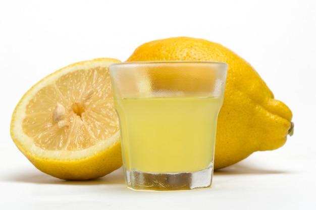 Limoncello, liqueur citron sur fond blanc