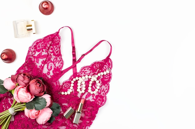 Lingerie femme en dentelle rouge, fleurs, maquillage
