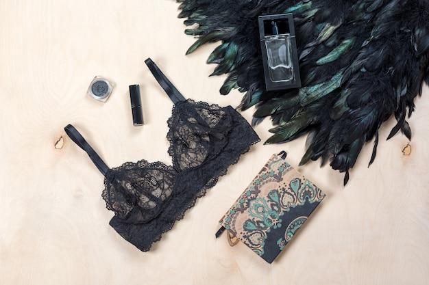 Lingerie sexy en dentelle près d'un morceau de vêtement à plumes
