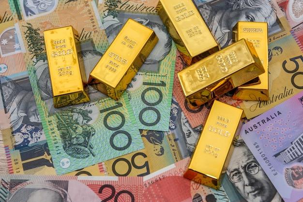 Lingot sur les billets en dollars australiens colorés gros plan