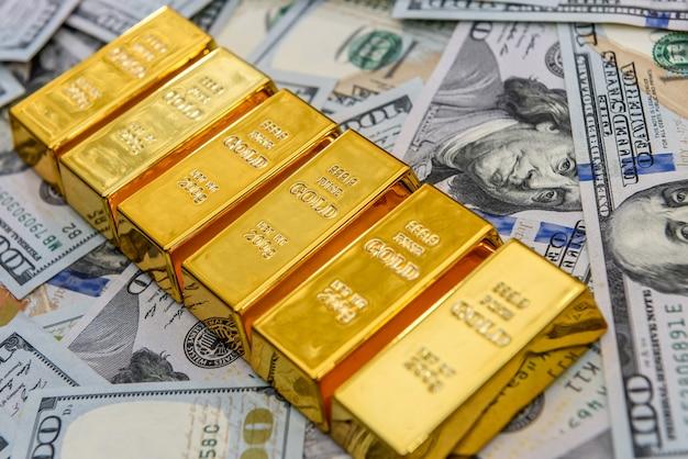 Lingots d'or avec des billets de cent dollars