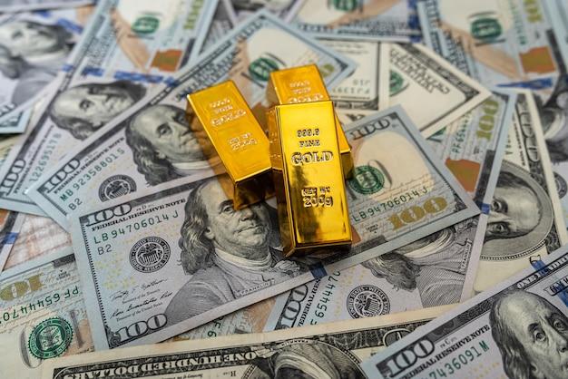 Lingots d'or sur une note de 100 dollars américains