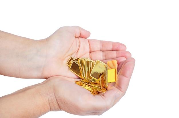 Les lingots d'or sont entre des mains de femmes isolées sur fond blanc