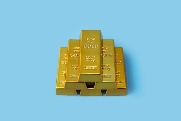 Lingots d'or sur une table bleue. concept financier.