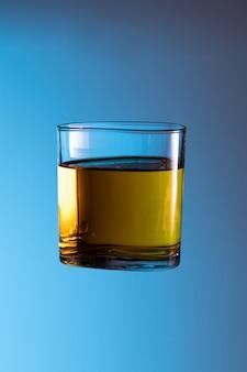 Liqueur d'alcool whisky cause d'accident éclaboussures dans un verre clair soirée fête nuit ne conduisent pas