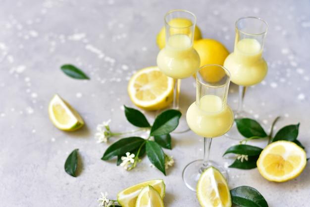 Liqueur traditionnelle italienne limoncello aux citrons et à la crème