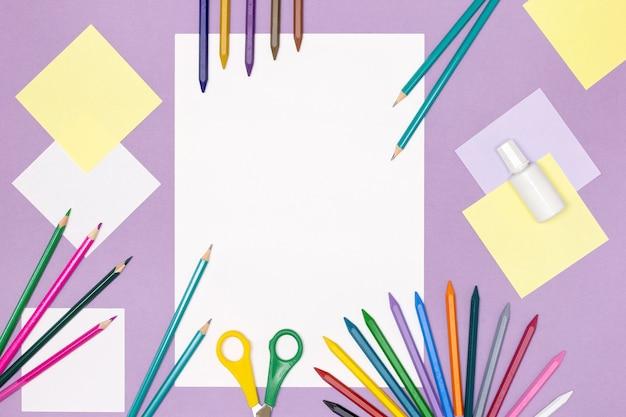 Liquide de correction de ciseaux de crayons de couleur papier blanc vierge sur le bureau créativité des enfants