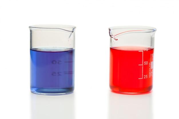 Liquide rouge et bleu dans les béchers