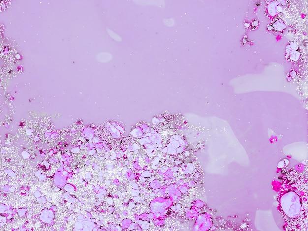 Liquide violet avec des miettes de violette