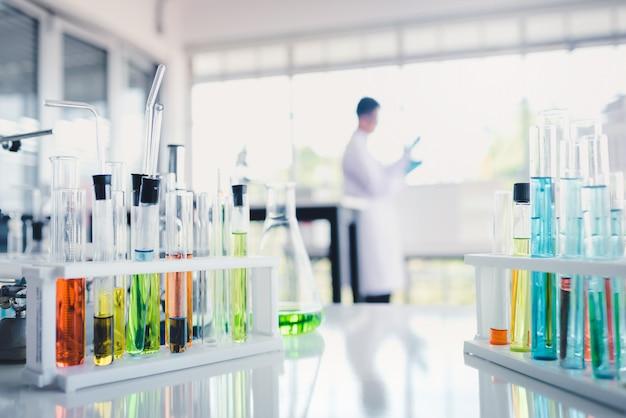Liquides colorés en éprouvette en laboratoire