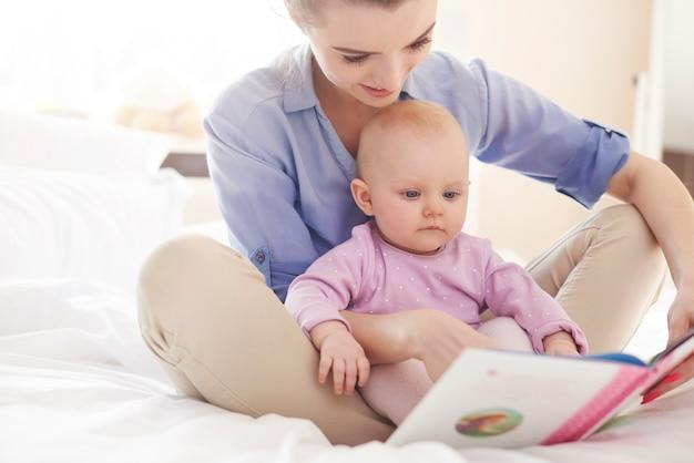 Lire une histoire intéressante avec ma mère