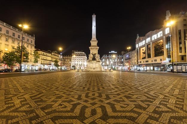Lisbonne - 25 juin : eden teatro (théâtre d'eden) et monument aux restaurateurs (monumento dos restauradores) sur la place restauradores le 25 juin 2014 à lisbonne, portugal