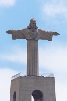 Lisbonne, portugal 18 avril 2019: la statue de jésus-christ à lisbonne, portugal