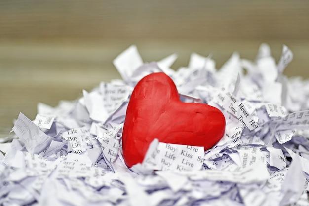 Lisez le cœur dans de petites feuilles de papier.