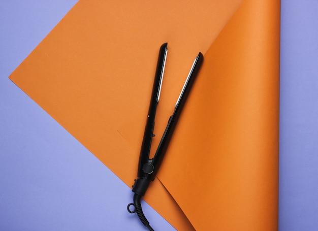 Lisseur à cheveux sur un marron violet