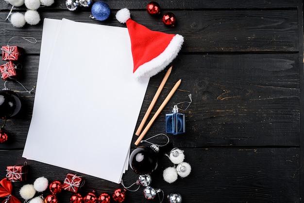 Liste de contrôle, plans et rêves pour le nouvel an. ensemble de liste vide de souhaits, vue de dessus à plat, avec espace de copie pour le texte, sur fond de table en bois noir