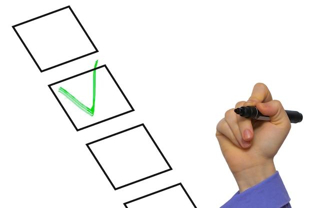 Liste de contrôle avec signe de contrôle isolé sur blanc