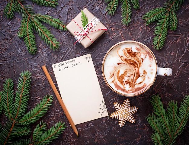 Liste de noël et tasse de café au lait