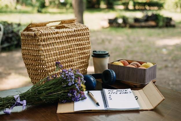 Liste des objectifs principaux des résolutions du nouvel an dans un cahier ouvert sur la table nature morte en plein air avec ma vie