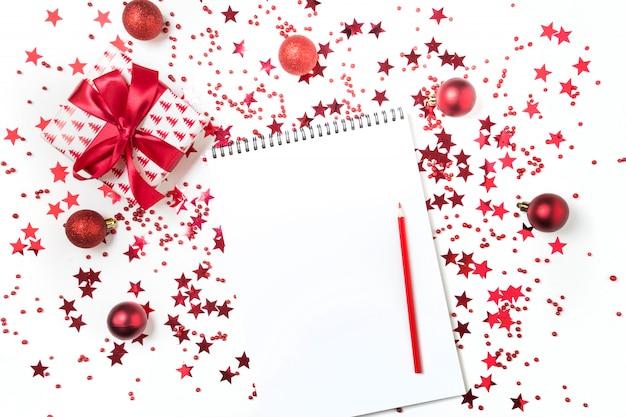 Liste de souhaits pour noël et nouvel an. nouveau plan de l'année 2020 et liste de choses à faire avec un décor de vacances rouge.